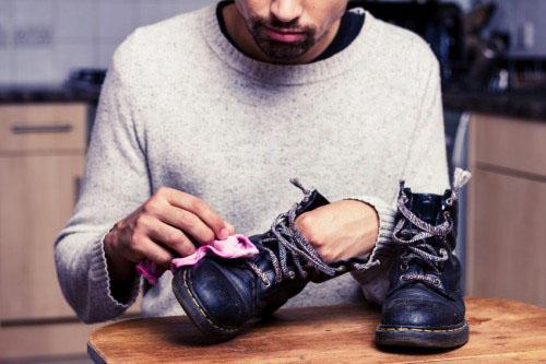 Bảo quản giày da bị ướt