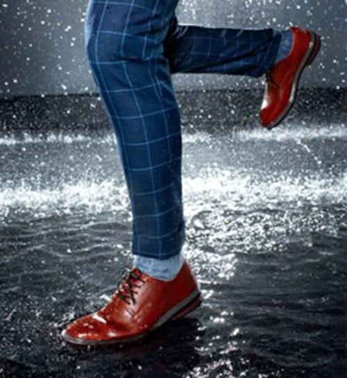 Giày da bị ẩm ướt
