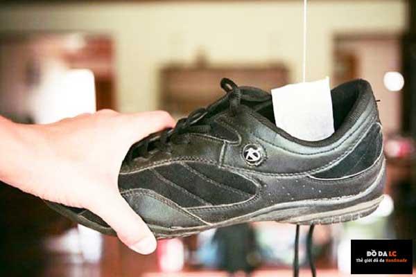 làm hết hôi giày bằng cách túi trà vào trong giày
