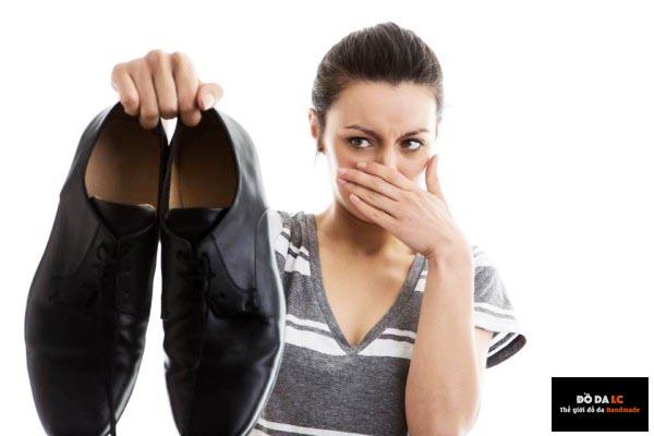 Cách làm hết mùi hôi giày