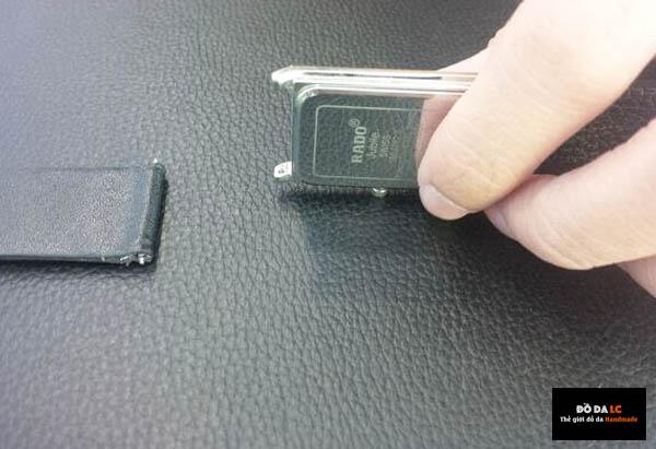 Dùng tuýp ấn nhẹ vào chốt khóa để mở dây