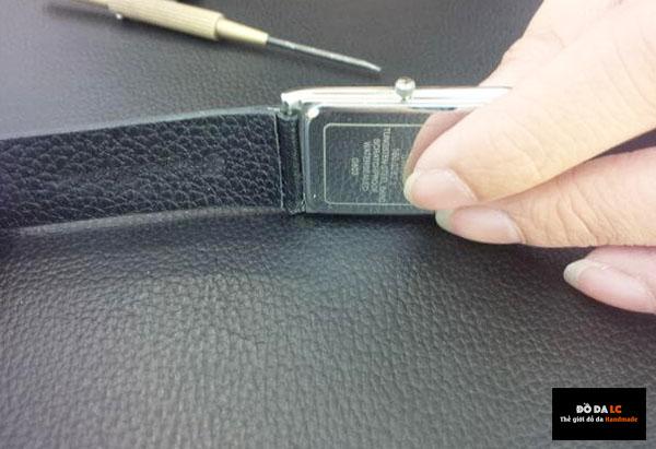 Sử dụng tuýp để nén chốt khóa và cho dây vào lỗ