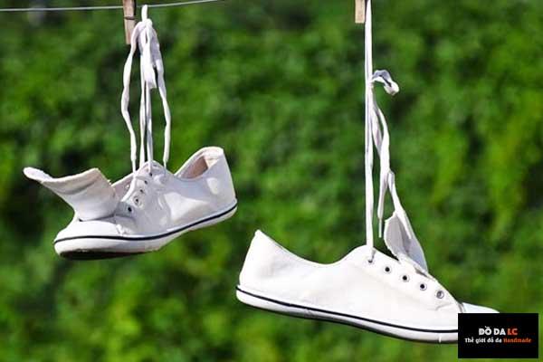 Mẹo trị hôi giày bằng cách phơi giày dưới nắng