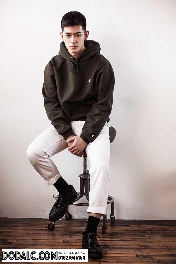 Áo hoodie, áo thun và sơ mi cơ bản, không layering hay phối màu cầu kỳ